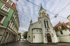 Ranek ulica w średniowiecznym miasteczku stary Ryski miasto, Latvia Walkin Obraz Stock