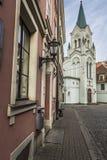 Ranek ulica w średniowiecznym miasteczku stary Ryski miasto, Latvia Walkin Zdjęcia Stock