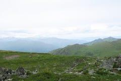Ranek w g?rach Mgłowych łąk sceniczny widok Altai g?ry, Rosja fotografia stock