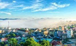 Ranek w miasteczku na plateau mgła zakrywających domach Fotografia Royalty Free