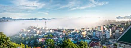 Ranek w miasteczku na plateau mgła zakrywających domach Zdjęcia Stock