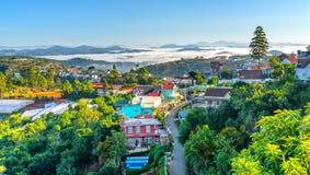 Ranek w miasteczku na plateau mgła zakrywających domach Obrazy Stock