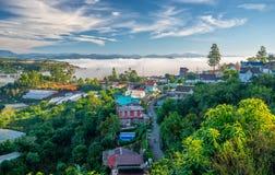 Ranek w miasteczku na plateau mgła zakrywających domach Zdjęcia Royalty Free
