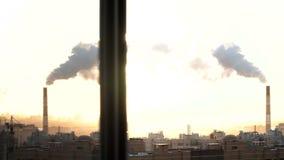 Ranek w miastowym mieście St Petersburg Od drymby iść dym budowa żurawie pracują Rosja zbiory wideo