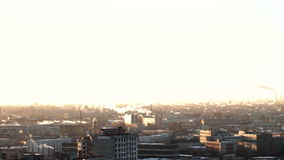 Ranek w miastowym mieście St Petersburg Od drymby iść dym budowa żurawie pracują Rosja zdjęcie wideo
