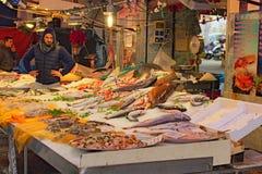 Ranek w rybim rynku Świeży owoce morza i ryby sklep przy sławnym miejscowym wprowadzać na rynek Ballaro w Palermo zdjęcie royalty free