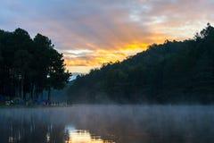 Ranek w ssanie w żołądku Ung jeziorze, północ Tajlandia, jest turystycznym miejscem Obrazy Royalty Free