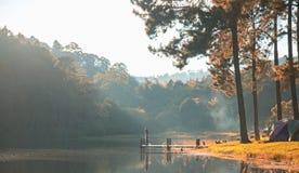 Ranek w ssanie w żołądku Ung jeziorze, północ Tajlandia, jest turystycznym miejscem dokąd ludzie przychodzący być na wakacjach Fotografia Stock