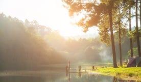 Ranek w ssanie w żołądku Ung jeziorze, północ Tajlandia, jest turystycznym miejscem dokąd ludzie przychodzący być na wakacjach Obraz Royalty Free