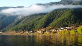 Ranek wioska pod mgłą obraz royalty free