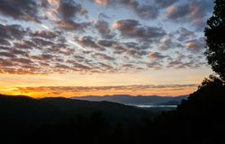 Ranek z mgłą w dolinach w Appalachians Pólnocna Karolina zdjęcie stock