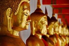 Rangée Bouddha chez Wat Pho Image libre de droits