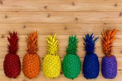 Rangée colorée des ananas colorés par arc-en-ciel peints Photo libre de droits