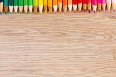 Rangée colorée des stylos sur la table en bois photo libre de droits