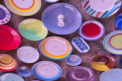 Rangée colorée et belle de plats, placée sur le plafond d'un beau restaurant extérieur image libre de droits