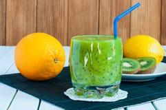 Rangée délicieuse de jus de fruit frais servis dedans Images libres de droits