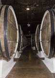 Rangée d'entrepôt de couloir de grands barils en bois de whiskey de stockage de vin photos libres de droits