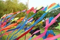 Rangée de beaucoup de cerfs-volants colorés de modèle s'arrêter photo stock