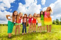 Rangée de belles petites filles Images libres de droits