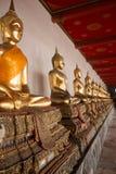 Rangée de Buddhas posé au temple de Wat Arun à Bangkok Photos libres de droits