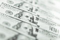 Rangée de cent factures de dollar US Photos libres de droits