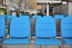 rangée de chaise publique pour des personnes attendant à se réunir Photographie stock libre de droits
