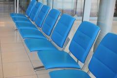 rangée de chaise publique pour des personnes attendant à se réunir Images stock