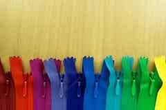 Rangée de couleur invisible d'arc-en-ciel de tirette sur la table Photographie stock libre de droits