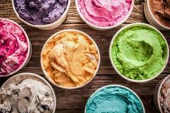Rangée de crème glacée colorée assaisonnée différente Image libre de droits