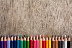 Rangée de crayon de couleur sur le fond en bois photographie stock libre de droits