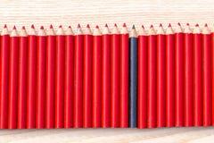 Rangée de crayon rouge et noir Photo libre de droits
