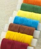 Bobines colorées avec haut étroit de fils Image stock