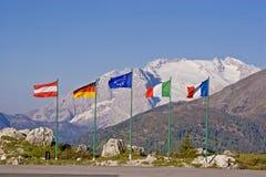 Rangée de drapeaux sur le passage de Falzarego Images libres de droits