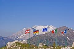 Rangée de drapeaux sur le passage de Falzarego Photo libre de droits