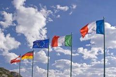 Rangée de drapeaux sur le passage de montagne Photo stock