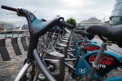 Rangée de Dublin Bikes, bicyclettes disponibles pour le loyer dans la ville de Dublin, Irlande photo stock