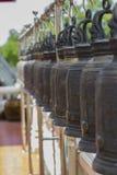 Rangée de grande cloche en laiton dans le temple, Thaïlande Image stock