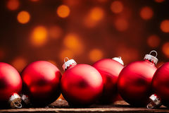 Rangée de grands globes rouges d'ornement de Noël Photo libre de droits