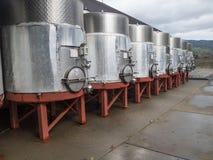 Rangée de grands récipients de vin en métal Photographie stock libre de droits