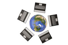 Rangée de la terre et d'ordinateur portable sur le fond blanc illustration 3D Photographie stock libre de droits