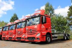 Rangée de Mercedes-Benz Actros Trucks rouge Images libres de droits