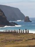 Rangée de Moai contre l'océan Image stock