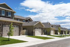Rangée de nouvelles maisons contemporaines Image stock