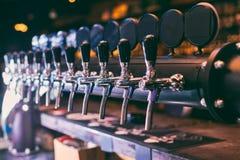 Rangée de robinet de bière Robinet de bière dans la barre images libres de droits