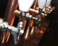 Rangée de robinet de bière photo stock