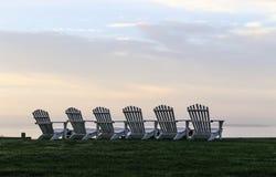 Rangée de six chaises d'Adirondack dans la lueur de soirée photo stock