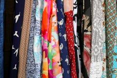 Rangée de tissu coloré d'habillement du ` s de femmes Photographie stock libre de droits