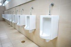 Rangée de toilette publique d'hommes extérieurs d'urinoirs Photographie stock