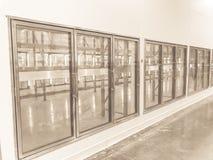 Rangée de ton de cru des réfrigérateurs commerciaux vides au magasin en gros de grand-boîte image stock