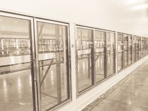 Rangée de ton de cru des réfrigérateurs commerciaux vides au magasin en gros de grand-boîte photo stock